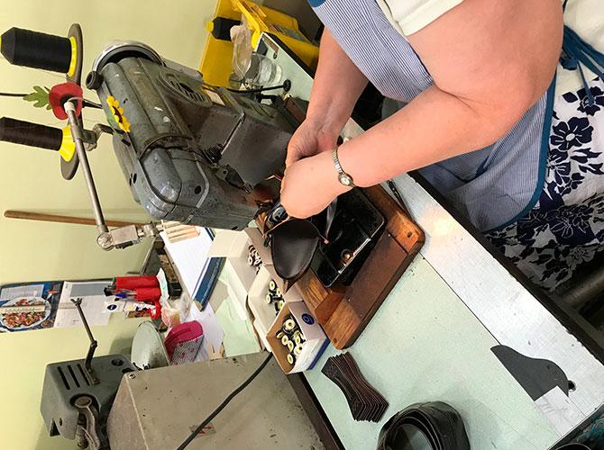 Выкраивание кожи на фабрике Barker